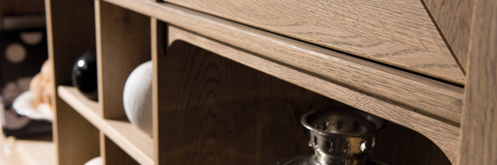 Kolekcja Luksusowych Mebli z Naturalnego Drewna Atelie